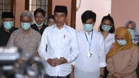 Presiden Joko Widodo atau Jokowi (tengah) menyampaikan keterangan atas meninggalnya sang ibunda Sujiatmi Notomiharjo di kediamannya di Solo, Jawa Tengah, Rabu (25/3/2020). (Foto: Biro Pers Setpres)