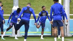Pemain Inggris Raheem Sterling (kedua kiri) melakukan peregangan saat sesi latihan di St George's Park, Burton upon Trent, Inggris, Senin (5/7/2021). Inggris akan melawan Denmark pada pertandingan semifinal Euro 2020. (AP Photo/Rui Vieira)