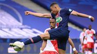 Striker Paris Saint-Germain, Kylian Mbappe (depan) menguasai bola dibayangi bek AS Monaco, Djibril Sidibe dalam laga final Coupe de France 2020/2021 di Stade de France, Paris, Rabu (19/5/2021). PSG menang 2-0 dan menjadi juara. (AFP/Franck Fife)
