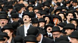 Sejumlah penggemar menggelar pertemuan dengan mengenakan kostum Charlie Chaplin di Corsier sur Vevey, Minggu (16/4). Pertemuan yang dihadiri 662 orang itu memperingati hari jadi pertama Museum Charlie Chaplin di Swiss. (Laurent Gillieron/Keystone via AP)