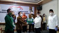 KPU Provinsi Bengkulu saat menerima berkas pencalonan salah satu pasangan yang mendaftar untuk ikut dalam Pilkada serentak 2020. (Liputan6.com/Yuliardi Hardjo)