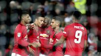 Para pemain Manchester United (MU) merayakan gol bunuh diri pemain Colchester City Ryan Jackson pada perempat final Piala Liga Inggris di Old Trafford, Kamis (19/12/2019) dini hari WIB. (AP Photo/Jon Super)