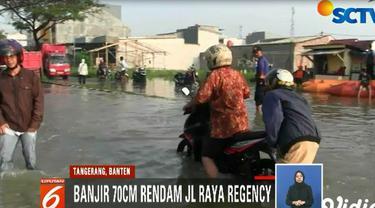 Dua truk dan delapan perahu karet milik BPBD Kota Tangerang dikerahkan untuk membantu mobilitas warga.