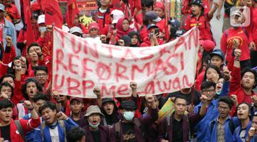 Mahasiswa dari sejumlah perguruan tinggi bersama kelompok buruh melakukan aksi unjuk rasa di kawasan Patung Kuda, Jalan Medan Merdeka Barat, Jakarta, Senin (28/10/2019). Dalam aksinya, mereka menuntut penuntasan agenda reformasi. (Liputan6.com/Helmi Fithriansyah)