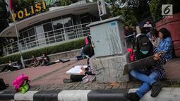 Sejumlah Mahasiswa IKJ Fakultas Seni Rupa duduk dipinggir jalan melukis suasana Bundaran HI, Jakarta Pusat, Kamis (19/10). Mereka melukis Bundaran Hotel Indonesia, Jakarta, dari berbagai sudut. (Liputan6.com/Faizal Fanani)