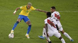 Penyerang Brasil, Neymar (kiri) berusaha mengontrol bola dari kawalan dua pemain Peru Christian Ramos dan Alexander Callens pada pertandingan semifinal Copa America di stadion Nilton Santos di Rio de Janeiro, Brasil, Selasa (6/7/2021). Brasil menang tipis atas Peru 1-0. (AFP Photo/Douglas Magno)