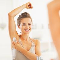 Wanita memakai deodoran (iStockphoto/CentrallTAliance)