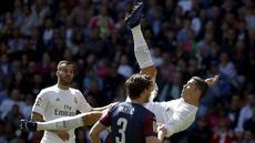 Pemain Real Madrid, Cristiano Ronaldo mencetak satu gol saat timnya menang atas Eibar pada lanjutan La Liga Spanyol di Stadion Santiago Bernabeu (9/4/2016). (REUTERS/Andrea Comas)
