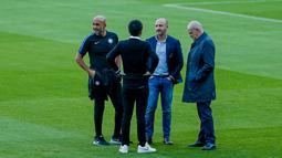 Pelatih Inter Milan, Luciano Spalletti (kiri) berbincang dengan asisten pelatih saat menyambangi stadion Camp Nou di Barcelona, Spanyol (23/10). Saat ini Inter Milan berada di posisi kedua dengan poin enam sama seperti Barcelona. (AP Photo/Joan Monfort)