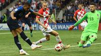 Striker timnas Prancis Kylian Mbappe (kiri) menendang bola ke gawang Kroasia pada pertandingan sepak bola final Piala Dunia 2018 di Stadion Luzhniki, Moskow (15/7). Kylian Mbappe mencetak gol pada menit ke-65. (AFP PHOTO / Franck Fife)