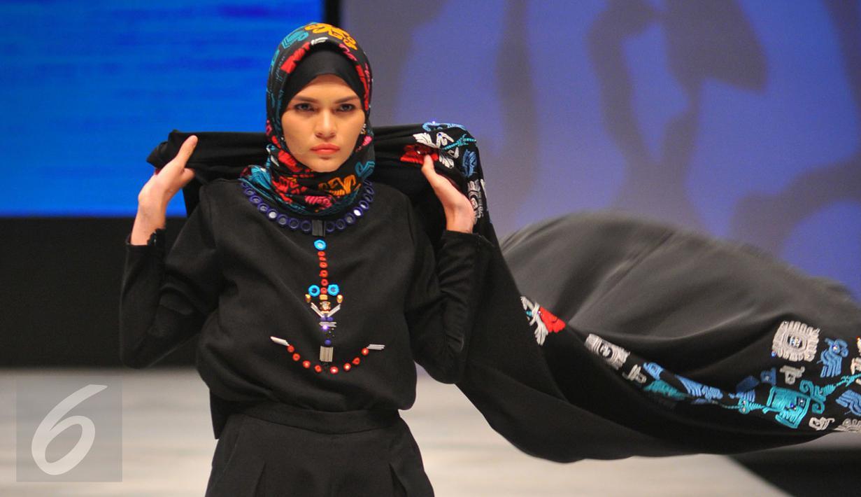 Model mengenakan busana rancangan Vivi Zubedi pada Indonesia Fashion Week (IFW) 2016 di JCC Senayan, Jakarta, Jum'at, (11/03). Dengan menggunakan kain tenun, Vivi ingin mengenalkan budaya Indonesia ke dunia Internasional. (Liputan6.com/Faisal R Syam)