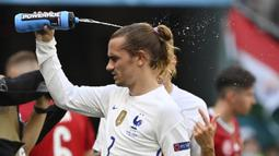 Antoine Griezmann. Striker Prancis ini telah mencetak 7 gol hanya dalam 2 edisi Piala Eropa, yaitu Euro 2016 dan Euro 2020 yang sedang berlangsung. Pada Euro 2016 ia mencetak 6 gol dan hampir membawa Prancis juara sebelum ditaklukkan Portugal 0-1 di final. (Foto: AP/Pool/Tibor Illyes)