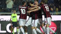 Banjir kartu hiasi pertandingan Atalanta vs AC Milan. (Paolo Magni/ANSA via AP)