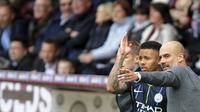 Manajer Manchester City Pep Guardiola memberikan instruksi kepada Gabriel Jesus dalam laga kontra Burnley pada pekan ke-36 Liga Inggris di Turf Moor, Burnley, Minggu (28/4/2019). City menang 1-0 (AP Photo/Rui Vieira)