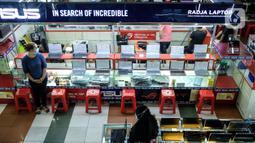Penjual laptop menunggu pembeli di pusat elektronik Harco Mangga Dua, Jakarta, Selasa (9/3/2021). Dikutip dari phonearena, perusahaan riset pasar Canalys melihat pandemi-19 Covid telah membuat naiknya penjualan PC dan laptop di seluruh dunia. (merdeka.com/Imam Buhori)