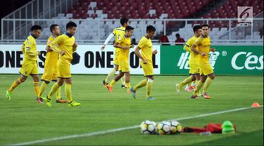 Sejumlah pemain Song Lam Nghe An berlari saat latihan resmi jelang melawan Persija pada laga penyisihan grup H Piala AFC 2018 di Stadion GBK Jakarta, Selasa (13/3). Persija akan menjamu Song Lam Nghe An, Rabu (14/3). (Liputan6.com/Helmi Fithriansyah)
