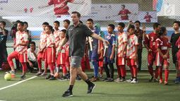 Legenda Liverpool Vladimir Smicer saat sharing and learning kepada anak-anak U-12 di Grand Futsal, Jakarta, Jumat (8/2). Kegiatan ini untuk mengampanyekan olahraga sebagai gaya hidup sehat. (Liputan6.com/Fery Pradolo)