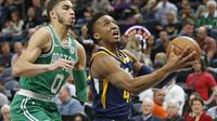 Guard Utah Jazz Donovan Mitchell (kanan) melewati forward Boston Celtics Jayson Tatum pada laga NBA di Vivint Smart Home Arena, Rabu (28/3/2018) atau Kamis (29/3/2018) WIB. (AP Photo/Rick Bowmer)