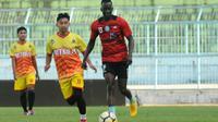 Makan Konate saat uji coba Arema melawan Metro FC di Stadion Kanjuruhan, Malang, Rabu (8/8/2018). (Bola.com/Iwan Setiawan)