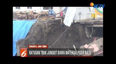 Pemulihan atas ruas Jalan Raya Gubeng yang ambles terus dilakukan. Pemkot Surabaya menerjunkan ratusan truk jungkit untuk mengangkut material pasir batu ke lokasi.