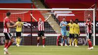 Pemain Sheffield United John Lundstram (ketiga kiri) bereaksi setelah golnya ke gawang Arsenal dianulir pada putaran keenam Piala FA di Bramall Lane, Sheffield, Inggris, Minggu (28/6/2020). Arsenal melaju ke semifinal Piala FA usai menaklukkan Sheffield United 2-1. (Oli Scarff/Pool via AP)