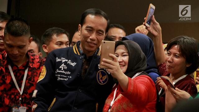 Capres Nomor  Joko Widodo Berswafoto Dengan Pendukung Usai Bersilaturahmi Dengan Pengurus Tim Kampanye Daerah Di Gorontalo Kamis