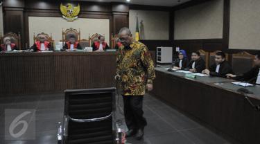 Terdakwa perantara suap Panitera PN Jakarta Pusat Doddy Aryanto Supeno bersiap mendengarkan putusan di Pengadilan Tipikor Jakarta, Rabu (14/9). Doddy divonis 4 tahun penjara dan denda Rp 150 juta subsider 3 bulan kurungan. (Liputan6.com/Faizal Fanani)
