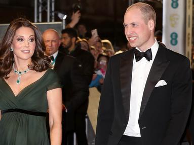 Kate Middleton didampingi Pangeran William berjalan di karpet merah acara penghargaan film British Academy Film Awards (BAFTA) 2018 di London, Minggu (18/2). Namun, pilihan pakaian Kate Middleton mendapat kritik dari beberapa orang. (AP/Antonio Calanni)