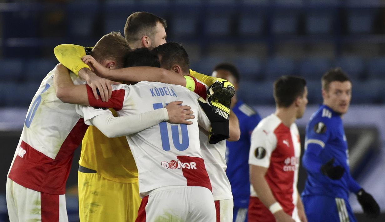 Para pemain Slavia Praha merayakan kemenangan 2-0 atas Leicester City usai berakhirnya laga leg kedua babak 32 Besar Liga Europa 2020/21 di King Power Stadium, Kamis (25/2/2021). Slavia Praha lolos ke babak 16 Besar menyingkirkan Leicester City. (AP/Rui Vieira)