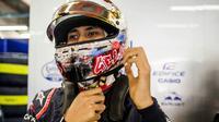 Pebalap Indonesia, Sean Gelael saat bersiap melakukan debutnya pada sesi tes bebas pertama bersama tim Toro Roso di F1 GP Singapura (16/9/2017). Sean tampil tenang tanpa masalah pada debut tersebut. (Bola.com/Toro Roso)