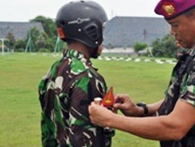 Citizen6, Sidoarjo: Latihan penguasaan udara yang akan dijalani selama enam minggu. Bagi 40 siswa calon Pasukan Elit TNI AL yang terdiri dari 27 siswa Diktaifib dan 13 siswa Dikpask. (Pengirim: Penkobangdikal)
