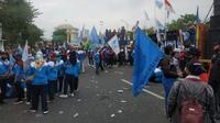 Demonstran dari aliansi serikat buruh se-Jatim menggelar aksi unjuk rasa di kantor Gubernur Jatim yang berlokasi di Jalan Pahlawan, Surabaya, Jatim. (Foto: Liputan6.com/Dian Kurniawan)