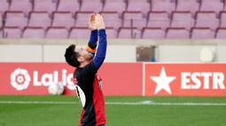 Striker Barcelona, Lionel Messi, menggunakan jersey Newell's Old Boys melakukan selebrasi saat melawan Osasuna pada laga Liga Spanyol di Stadion Camp Nou, Minggu (29/11/2020). Gol tersebut dipersembahkan untuk mendiang Diego Maradona. (AFP/J. Bassa)