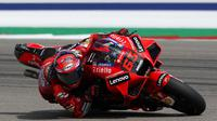 Francesco Bagnaia melewati tikungan saat sesi latihan terbuka MotoGP Amerika, Jumat, (1/10/2021), di Austin, Texas. (AP/Eric Gay)