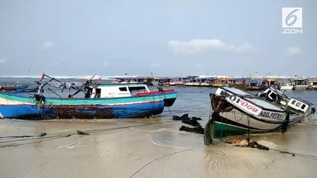 Gelombang tinggi menghantam pantai Pelabuhan Ratu akibatnya puluhan kapal nelayan dan kios-kios di pantai rusak. Kerugian yang diderita nelayan mencapai puluhan juta rupiah