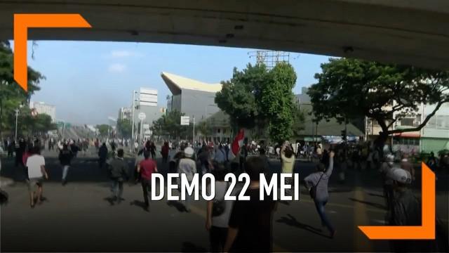 Kericuhan masih terjadi antara massa demonstran dengan polisi di kawasan Jatibaru Tanah Abang. Polisi terus berusaha memecah konsentrasi massa, beberapa orang terluka akibat kericuhan. kericuhan mereda setelah personel TNI diturunkan menenangkan mass...