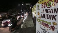 Kondisi arus lalu lintas di perbatasan Karawang-Cikarang, Bekasi, Jawa Barat, Sabtu (23/5/2020). Calon pemudik yang terjaring razia tersebut dibawa ke Terminal Pulogebang untuk kemudian diarahkan kembali menuju Jakarta. (Liputan6.com/Johan Tallo)