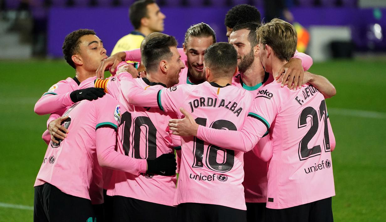 Pemain Barcelona merayakan gol yang dicetak Lionel Messi ke gawang Valladolid pada laga lanjutan Liga Spanyol di Jose Zorrilla Stadium, Rabu (23/12/2020) dini hari WIB. Barcelona menang 3-0 atas Valladolid. (AFP/Cesar Manso)