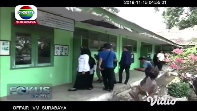 Plafon gedung sebuah SDN Sumberpoh di Kabupaten Probolinggo, Jawa Timur ambrol. Beruntung peristiwa tersebut terjadi pada Kamis dini hari, hingga tak sampai menimbulkan korban jiwa.