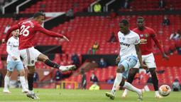 Pemain Manchester United Mason Greenwood mencetak gol ke gawang West Ham United pada pertandingan Liga Inggris di Old Trafford, Manchester, Inggris, Rabu (22/7/2020). Pertandingan berakhir dengan skor 1-1. (Cath Ivill/Pool via AP)