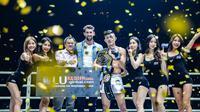Christian Lee merayakan keberhasilan menjadi juara ONE Championship kelas ringan bersama legenda renang Michael Phelps. (Dok ONE Championship)
