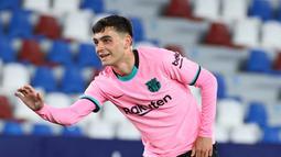 Pedri - Pemain berusia 18 tahun ini telah mencuri perhatian jagad sepak bola dunia dengan aksi-aksi menawannya di lapangan. Pedri merupakan pemain yang selalu menjadi andalan dan tak tergantikan baik di Barca maupun Timnas Spanyol. (AFP/Jose Jordan)