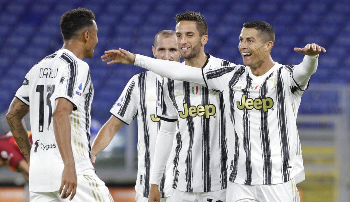 Striker Juventus, Cristiano Ronaldo, melakukan selebrasi usai mencetak gol ke gawang AS Roma pada laga Serie A di Stadion Olimpico, Senin (28/9/2020). Kedua tim bermain imbang 2-2. (AP Photo/Gregorio Borgia)