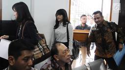 Pegawai kontrak Dewan Pengawas BPJS Ketenagakerjaan yang menjadi korban dugaan pelecehan seksual, RA, tiba untuk sidang perdana di PN Jakarta Selatan, Rabu (6/3). Ia menggugat SAB dengan gugatan imateriel Rp1 triliun. (Liputan6.com/Herman Zakharia)