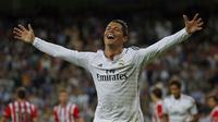 Selebrasi Cristiano Ronaldo usai mencetak gol ketiga ke gawang Athletic Bilbao di Stadion Santiago Bernabeu, (6/10). (REUTERS/Sergio Perez)