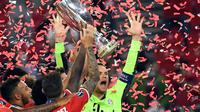 Kiper Bayern Munchen, Manuel Neuer, merayakan gelar juara Piala Super Eropa 2020 usai mengalahkan Sevilla di Puskas Arena, Budapest, Jumat (25/9/2020) dini hari WIB. Bayern Munchen menang 2-1 atas Sevilla. (AFP/Tibor Illyes/pool)