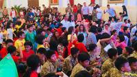 Presiden Jokowi mengajak sekitar 300 anak-anak untuk bermain di halaman belakang Istana Merdeka, Jakarta. (Merdeka.com/ Titin Supriatin)