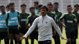 Pelatih Timnas Indonesia U-22, Indra Sjafri, memberikan instruksi saat latihan di Lapangan ABC Senayan, Jakarta, Selasa (8/1). Latihan ini merupakan persiapan jelang Piala AFF U-22. (Bola.com/Vitalis Yogi Trisna)