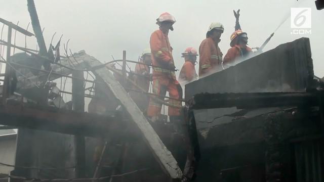 Kebakaran melanda sebuah rumah kos di kawasan Grogol Jakarta Barat. Akibat Kebakaran 25 kamar kos hangus terbakar