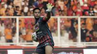 Kiper Persija Jakarta, Andritany Ardhiyasa, melempar bola saat menghadapi Arema FC pada laga Shopee Liga 1 di SUGBK, Jakarta, Sabtu (3/8). Persija bermain imbang 2-2 atas Arema. (Bola.com/YoppyRenato)
